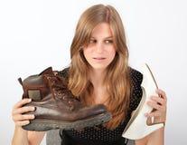 женский ботинок мужчины удерживания девушки Стоковое Фото