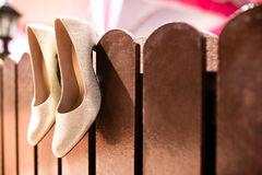 Женский ботинок свадьбы от невесты Стоковое Фото