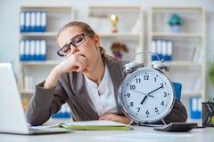 Женский бухгалтер босса коммерсантки работая в офисе Стоковая Фотография RF
