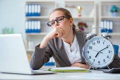 Женский бухгалтер босса коммерсантки работая в офисе Стоковое фото RF