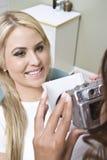 Женский будучи сфотографированным пациент стоковое изображение