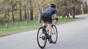 Женский велосипедист sprinting из седловины Задействуя концепция тренировки Гористая задействуя езда сток-видео
