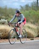 Женский велосипедист гонки дороги Стоковая Фотография RF