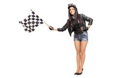 Женский велосипедист развевая checkered флаг гонки Стоковая Фотография RF