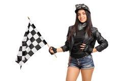 Женский велосипедист развевая checkered флаг гонки Стоковые Фото
