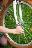 Женский велосипедист с винтажным белым садом велосипеда весной Стоковое фото RF