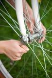 Женский велосипедист с винтажным белым садом велосипеда весной Стоковое Фото