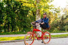 Женский велосипед катания Стоковая Фотография