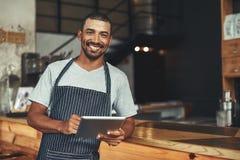 Женский владелец кафа держа цифровой планшет в руке стоковое изображение rf