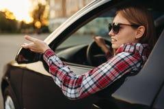 Женский водитель автомобиля в солнечных очках, boorish поведение стоковые изображения rf