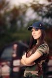 Женский водитель в обмундировании армии рядом с автомобилем дороги Стоковые Изображения