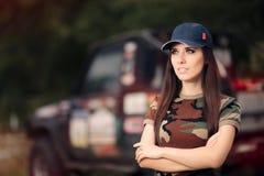 Женский водитель в обмундировании армии рядом с автомобилем дороги Стоковое фото RF