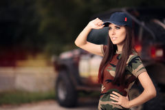 Женский водитель в обмундировании армии рядом с автомобилем дороги Стоковая Фотография RF