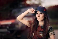 Женский водитель в обмундировании армии рядом с автомобилем дороги Стоковое Фото