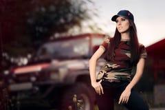 Женский водитель в обмундировании армии рядом с автомобилем дороги Стоковое Изображение RF