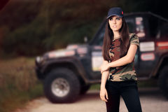 Женский водитель в обмундировании армии рядом с автомобилем дороги Стоковая Фотография
