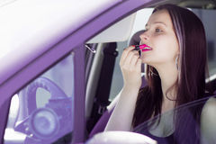 Женский водитель принимает губную помаду Стоковое Изображение