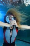 Женский водолаз акваланга с камерой действия Стоковая Фотография