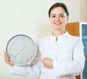 Женский врач напоминая о времени назначения Стоковое фото RF