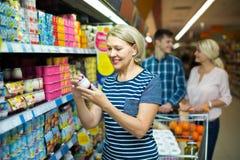 Женский выбирая югурт плодоовощ Стоковая Фотография RF