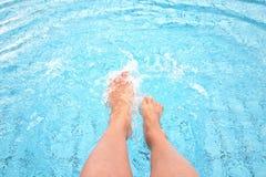 Женский выплеск ног в воде Стоковые Изображения RF