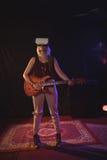 Женский гитарист нося стекла VR пока выполняющ в ночном клубе стоковые фото