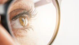 Женский глаз с стеклами - изображение концепции зрения Стоковые Изображения