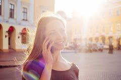 Женский говорить на телефоне внешнем стоковая фотография rf