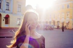 Женский говорить на телефоне внешнем Стоковые Фото