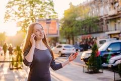Женский говорить на телефоне внешнем Стоковые Фотографии RF