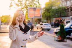 Женский говорить на телефоне внешнем стоковое фото rf