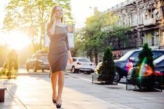 Женский говорить на телефоне внешнем Стоковое Изображение