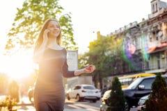 Женский говорить на телефоне внешнем Стоковые Изображения RF