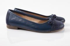 Женский голубой кожаный ботинок на белой предпосылке Стоковые Изображения RF
