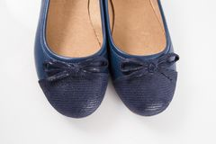 Женский голубой кожаный ботинок на белой предпосылке Стоковые Фотографии RF