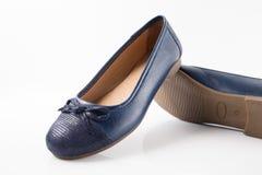 Женский голубой кожаный ботинок на белой предпосылке Стоковое Фото