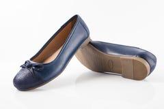 Женский голубой кожаный ботинок на белой предпосылке Стоковая Фотография RF