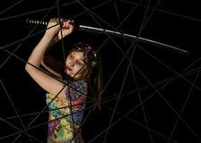 Женский готический ратник в пилотных старых стеклах представляя с шпагой katana Стоковые Фотографии RF