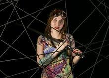 Женский готический ратник в пилотных старых стеклах представляя с шпагой katana Стоковые Изображения