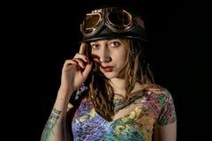Женский готический ратник в пилотных старых стеклах представляя с шпагой katana Стоковая Фотография RF