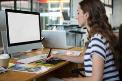 Женский график-дизайнер используя таблетку графиков на столе Стоковые Фотографии RF