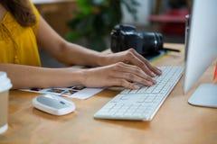 Женский график-дизайнер работая на компьютере Стоковое Фото