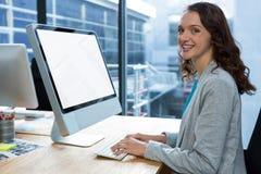 Женский график-дизайнер работая над компьютером на столе Стоковая Фотография RF