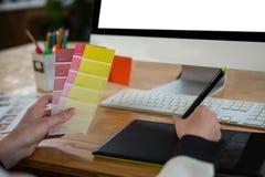 Женский график-дизайнер работая на столе Стоковая Фотография RF
