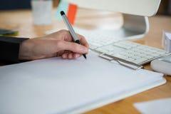Женский график-дизайнер работая на столе Стоковое Изображение RF