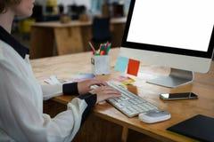 Женский график-дизайнер работая на столе Стоковые Фото