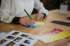 Женский график-дизайнер работая на столе Стоковое Фото