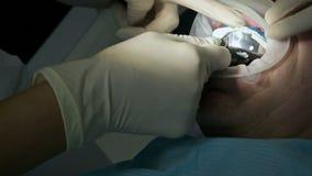 Женский дантист с ассистентом рассматривает рот пациента человека достигшего возраста человека r видеоматериал