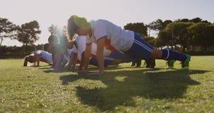 Женский делать футболистов нажимает поднимает на футбольном поле 4K видеоматериал