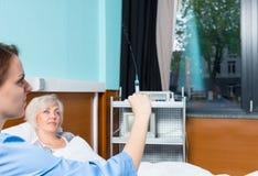 Женский доктор в форме получает готовым сделать впрыску к Стоковые Изображения